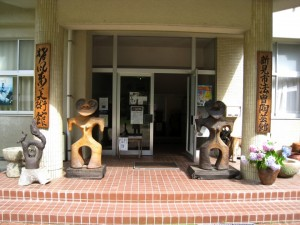猪風来美術館玄関